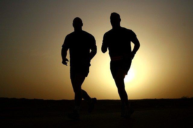 Zwei Joggingsportler im Sonnenuntergang