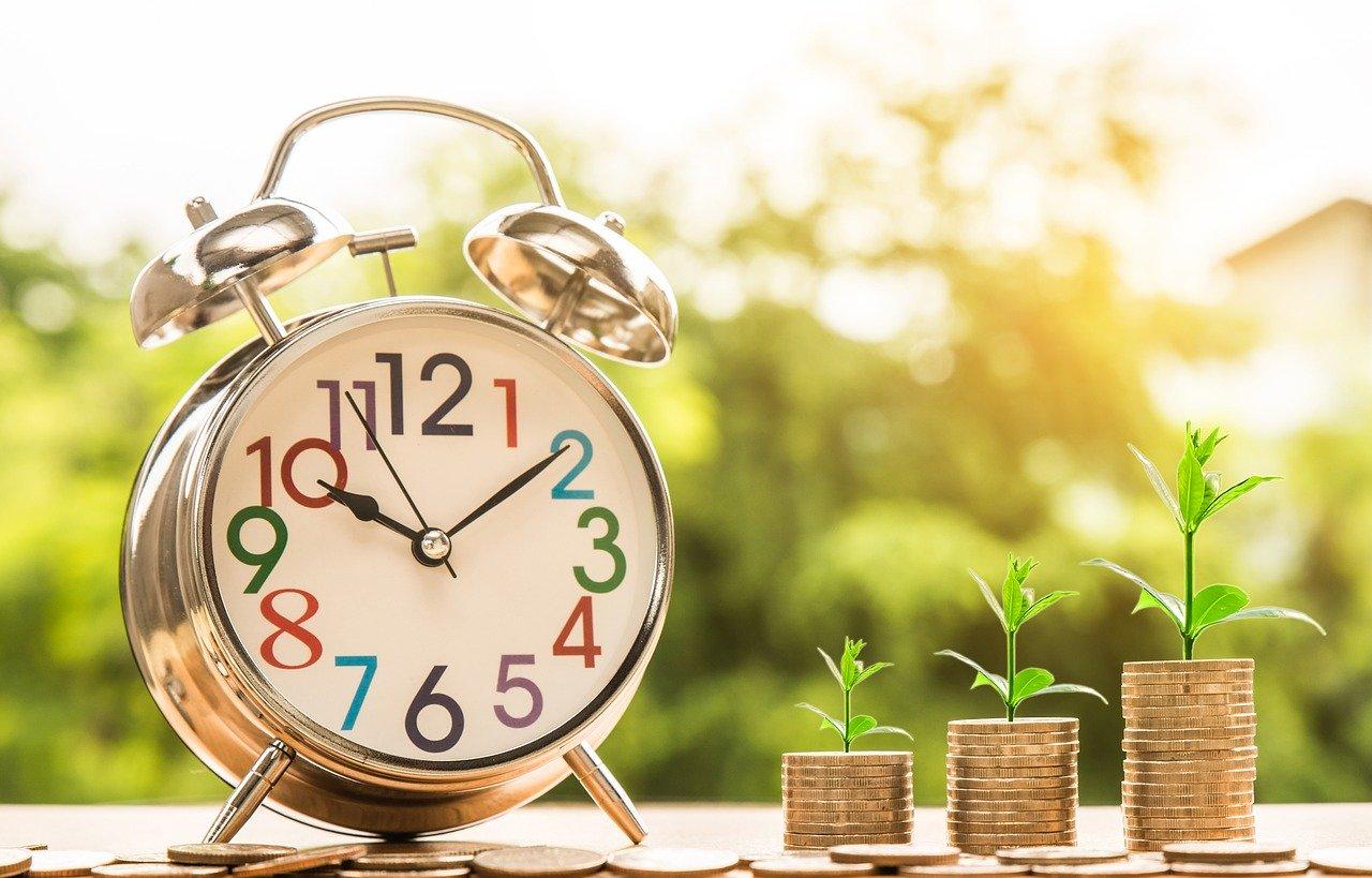 Wecker und wachsende Geldbeträge